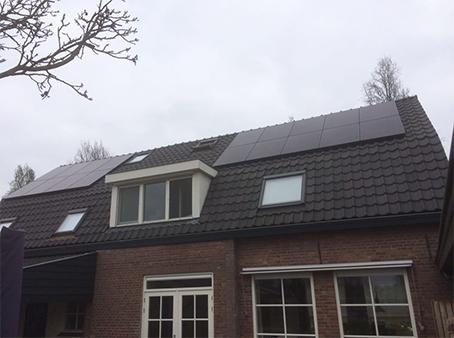 Voetbal Vereniging Geffen 140 full panelen op het dak van de voetbalkantine van VV Geffen